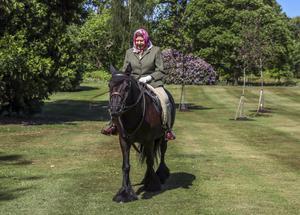 ควีนเอลิซาเบธที่ 2 ทรงม้าปรากฏพระวรกายครั้งแรกหลังล็อกดาวน์