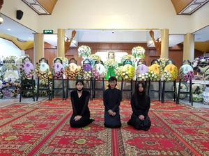 ในหลวง พระราชินี โปรดเกล้าฯ พระราชทาน พวงมาลา วางหน้าหีบศพ 'ตั้ว ศรัณยู'