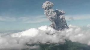 """ภูเขาไฟ """"เมราปี""""ในอินโดฯปะทุ พ่นเถ้าถ่านสูง 6,000 เมตร"""