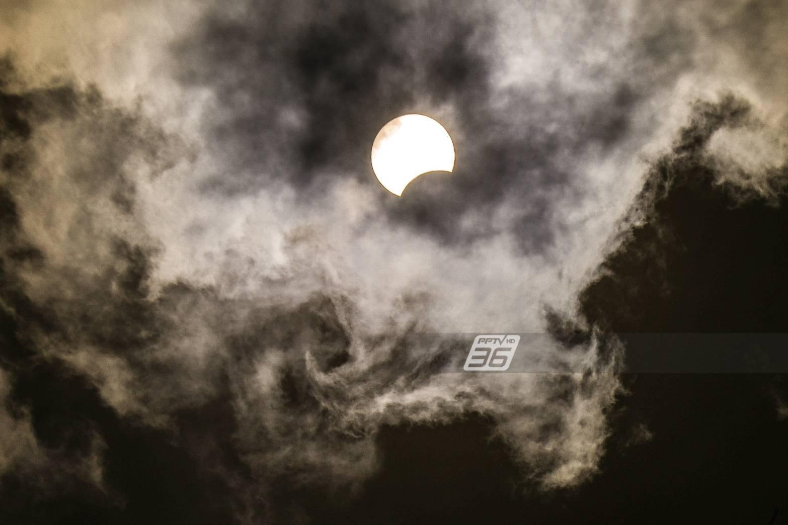 """รวมภาพ 21 มิ.ย. คำทำนายวันสิ้นโลก ปรากฏการณ์  """"สุริยคราส"""" ราหูอมพระอาทิตย์"""