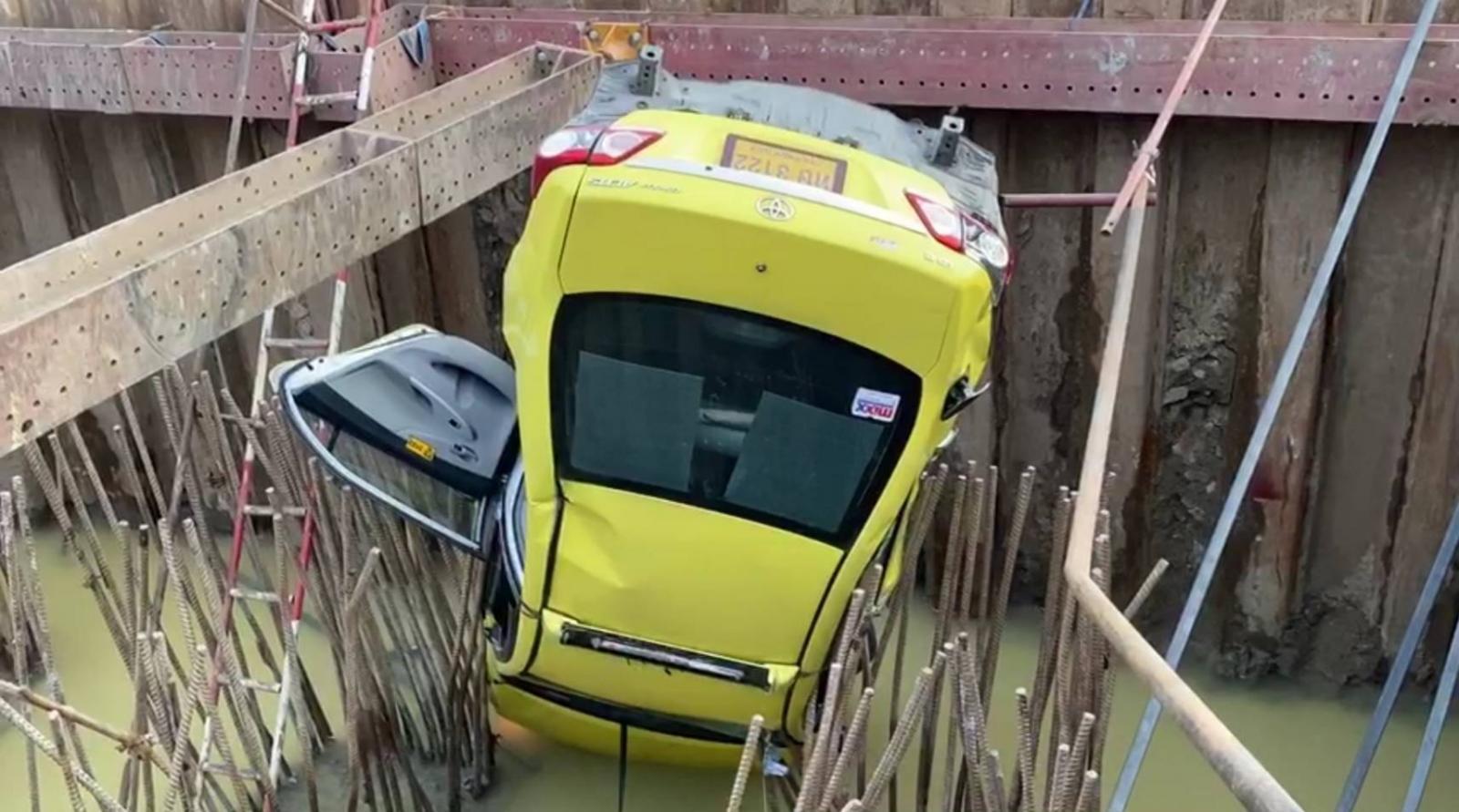 แท็กซี่ เล่านาทีระทึก พาผู้โดยสารพุ่งตกบ่อสร้างรถไฟฟ้า