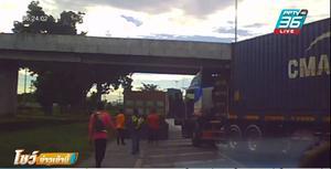 หัวร้อน !! กระบะปะทะรถบรรรทุก จอดรถยกพวกไล่ตีกันกลางถนน