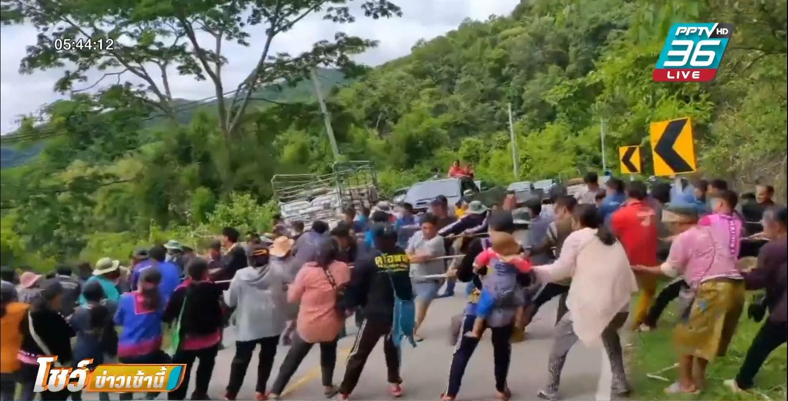 ชาวม้ง นับ 100 คน ช่วยดึงรถตกเหว ช่วยคนเจ็บ