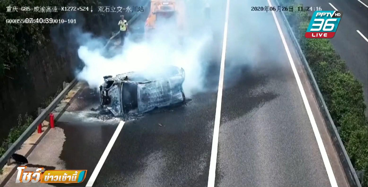 เกือบถูกย่างสด พลเมืองดี ช่วย 3 ชีวิตติดในรถตู้คว่ำ ขณะไฟลุกท่วม