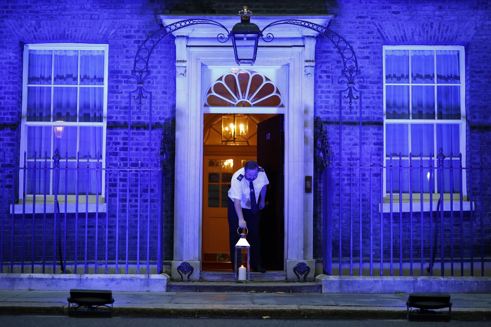 ทำเนียบนายกฯอังกฤษ เปิดไฟ-จุดเทียน ยกย่อง จนท.สาธารณสุข อุทิศตนสู้โควิด-19