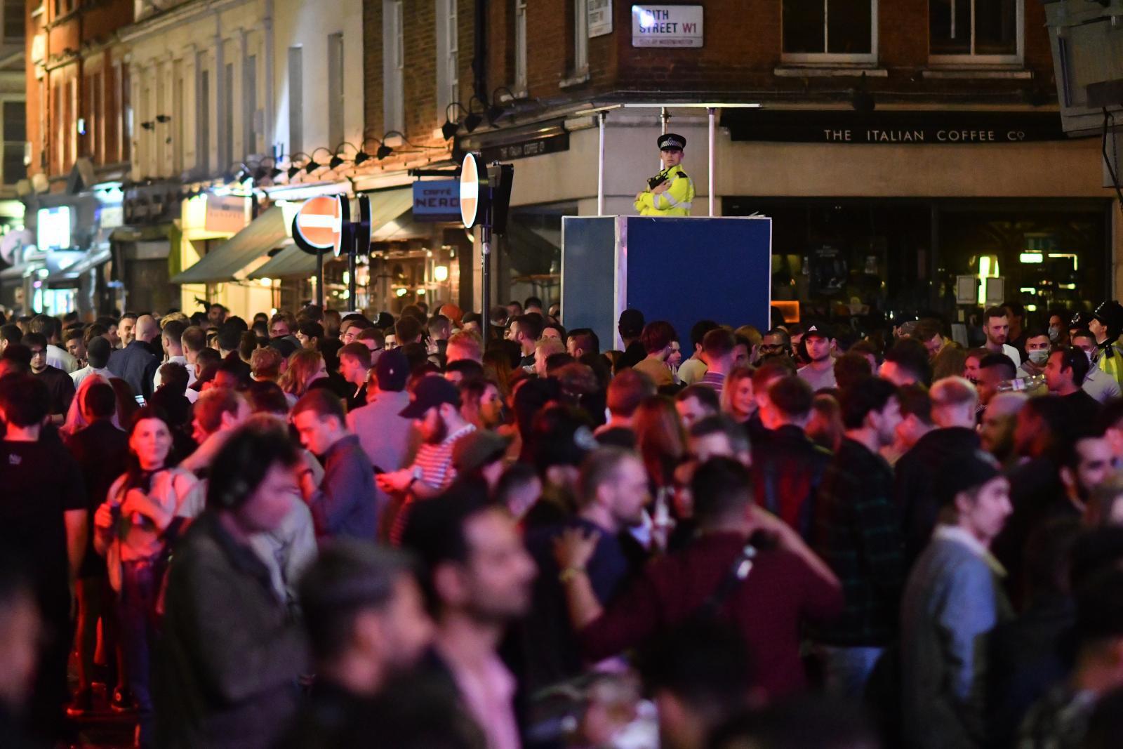 """ตำรวจอังกฤษเผย """"คนเมา"""" ไม่สามารถเว้นระยะห่างทางสังคมป้องกันโควิด-19 ได้"""