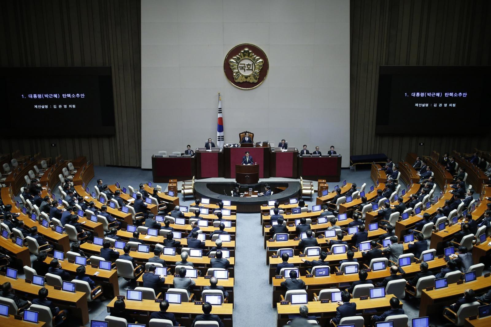 รัฐสภาเกาหลีใต้ ลงมติถอดถอนประธานาธิบดีปาร์ค กึน เฮ