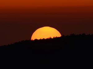 พระอาทิตย์โผล่พ้นขอบฟ้าได้ทุกวัน    แต่ชีวิตเราบางครั้งไม่ยอมโผล่ออกมาจากด้านมืดเสียที