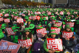 """ชาวเกาหลีใต้นับล้านชุมนุมขับไล่ """"ปาร์คกึนเฮ"""""""