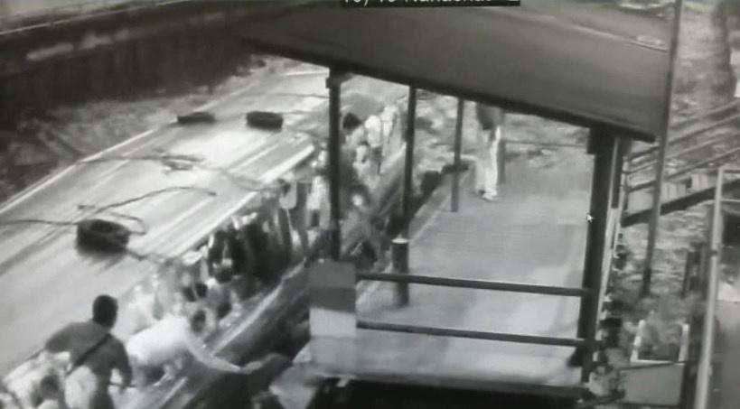 พบศพชายพลัดตกเรือคลองแสนแสบ หลังค้นหานาน 3 ชม. (คลิป)
