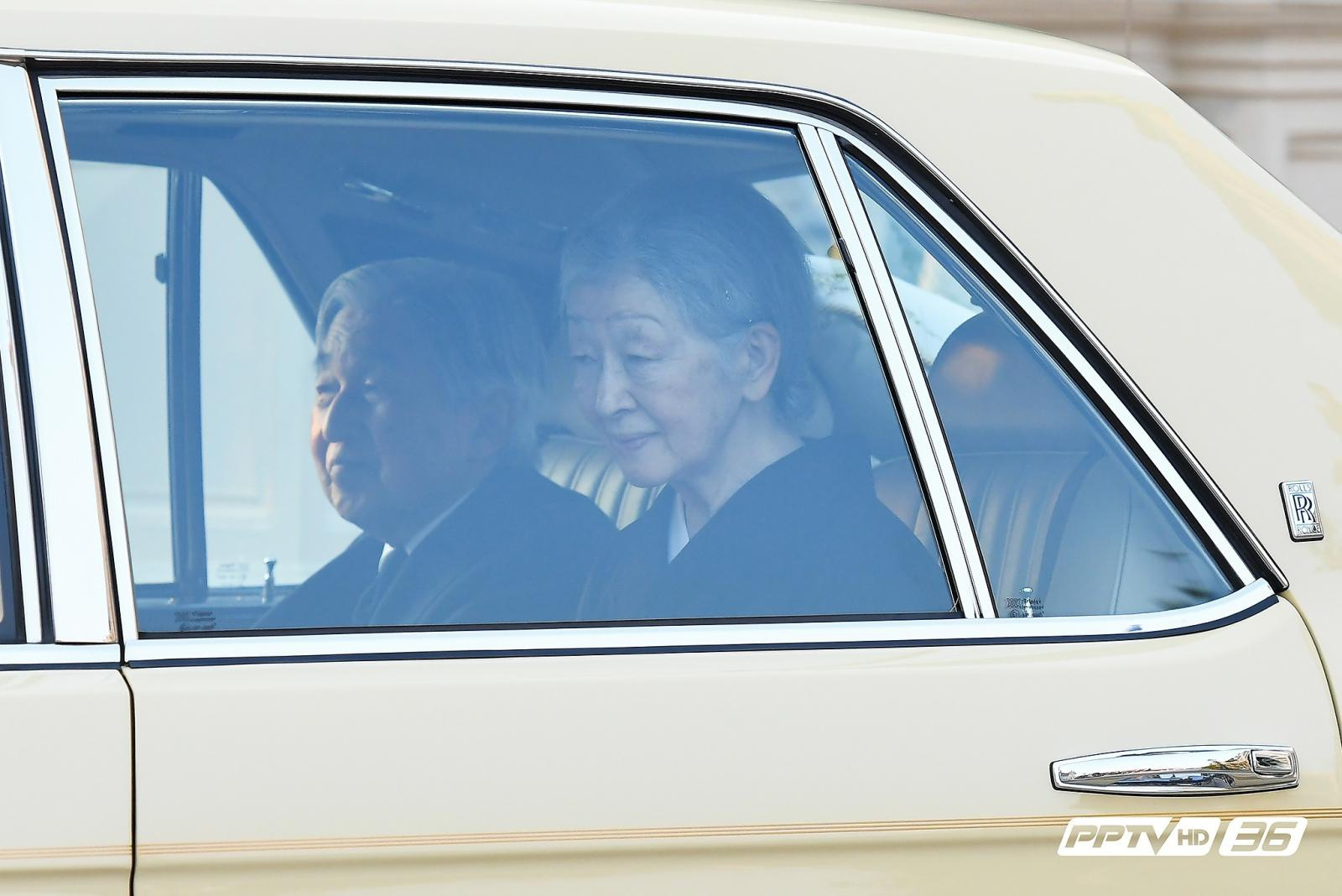"""""""สมเด็จพระจักรพรรดิญี่ปุ่น"""" เข้าถวายสักการะพระบรมศพ ในหลวงรัชกาลที่ 9"""
