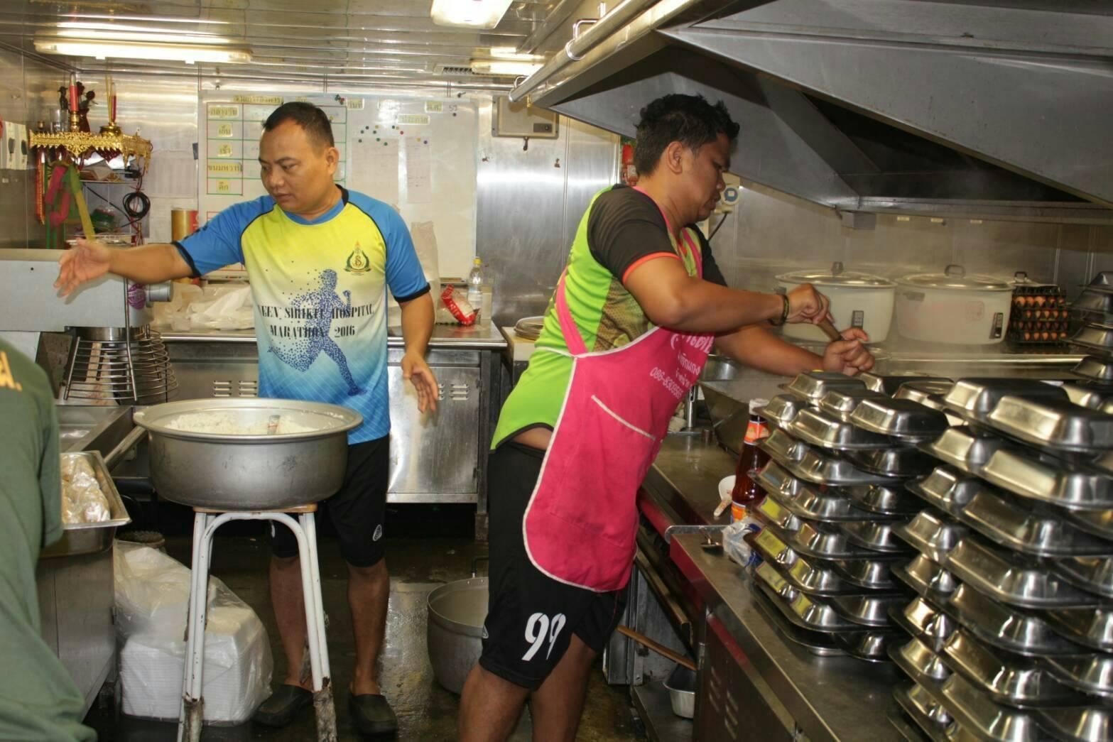 เปิดโรงครัวลอยน้ำ บนเรือหลวงอ่างทอง ทำอาหารแจกผู้ประสบอุทกภัย