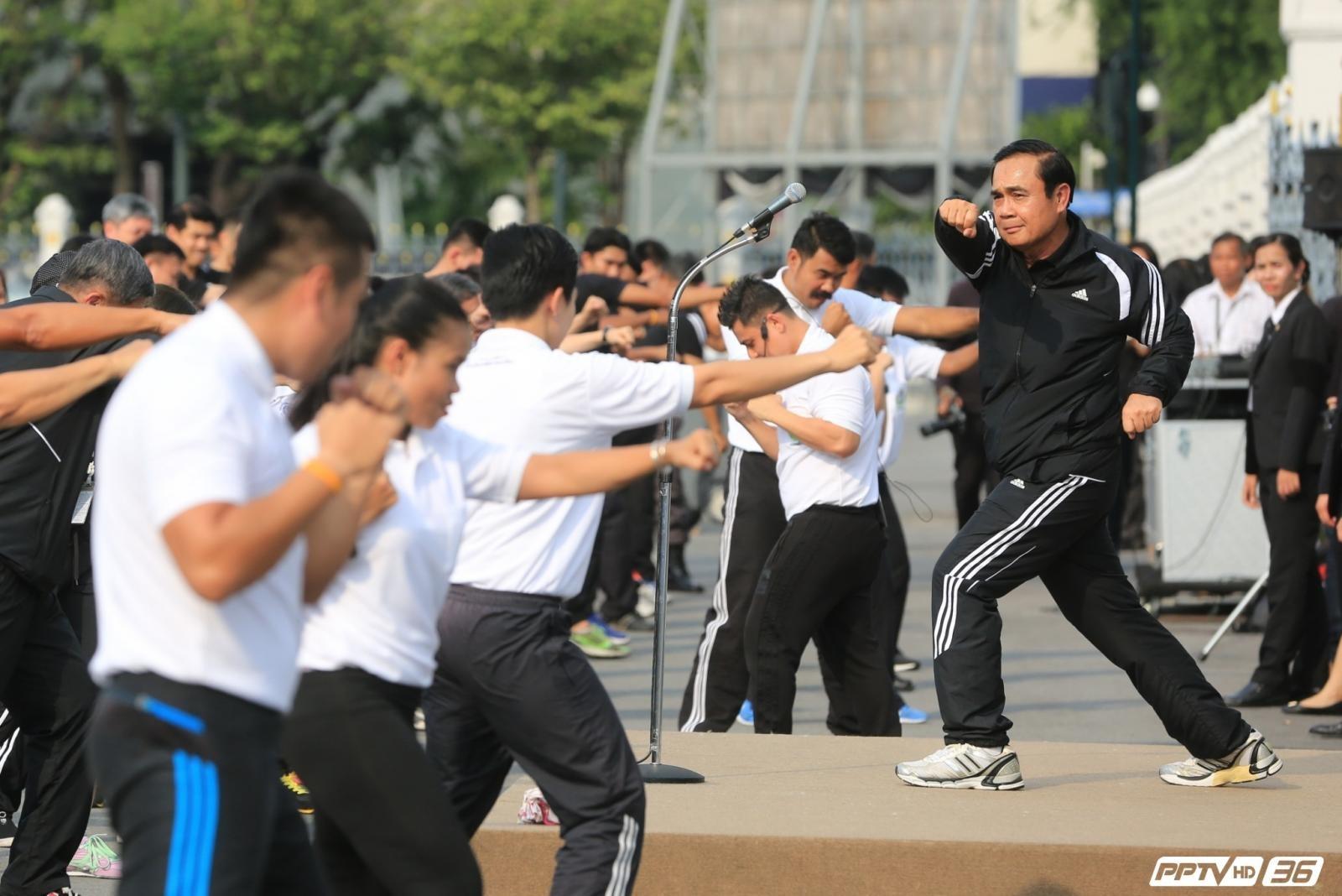 """เริ่มแล้ว !! """"บิ๊กตู่"""" นำทีมข้าราชการทำเนียบฯ ออกกำลังกายสร้างเสริมสุขภาพ (คลิป)"""
