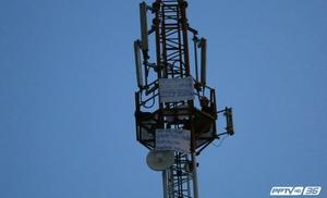 เร่งเจรจาชายปีนเสาโทรศัพท์ ขู่กระโดดลงมา หากไม่ยกเลิก ม.44