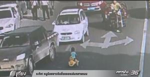 ระทึก! หนูน้อยในจีนขี่รถของเล่นกลางถนน (คลิป)