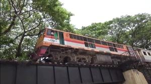 รถไฟเฉี่ยวนักท่องเที่ยวญี่ปุ่น ตกสะพานข้ามแม่น้ำแคว