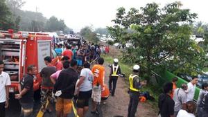 รถบัสนักเรียนพลิกคว่ำที่เวียงสระ สุราษฏร์ฯ เสียชีวิต 1 ราย