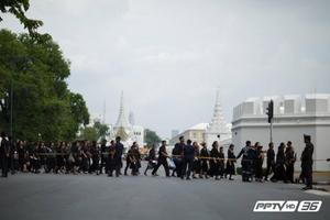 ล้านดวงใจพสกนิกรไทย มุ่งถวายสักการะพระบรมศพเบื้องหน้าพระบรมโกศ(คลิป)