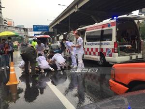ฝนตกหนัก! ถนนวิภาวดีจยย.พลิกคว่ำถูกรถบรรทุก 6 ล้อเหยียบซ้ำเสียชีวิต