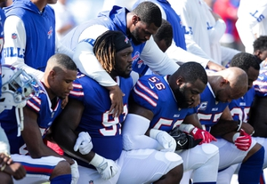 NFL เตรียมหาทางประนีประนอมการคุกเข่าประท้วงของผู้เล่น