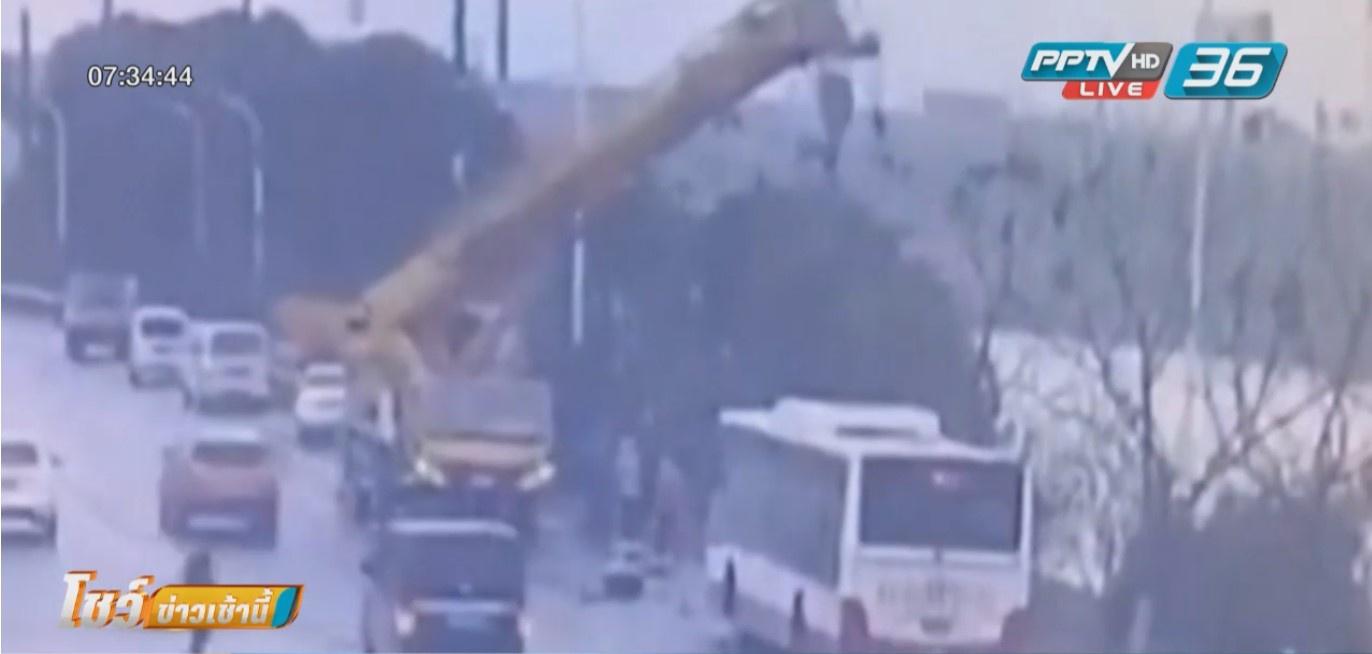 รถบัสตกแม่น้ำในจีน คนขับรถเครนหัวไวช่วยผู้โดยสารรอดหวุดหวิด