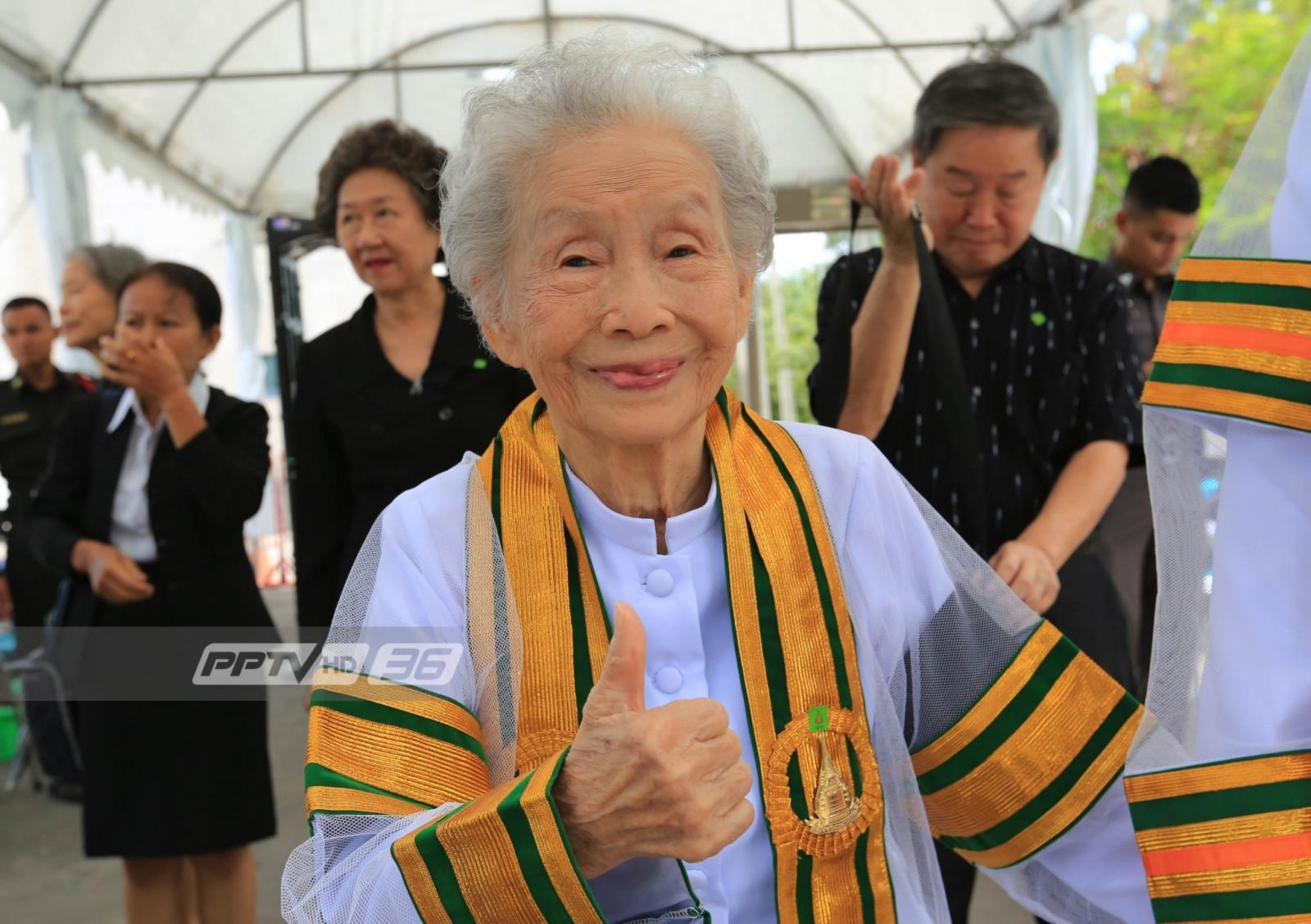 ไม่มีใครแก่เกินเรียน!! บัณฑิตวัย 91 ปี เข้ารับพระราชทานปริญญาบัตร มสธ.