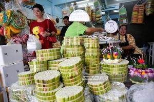 ปากคลองตลาดคึกคัก ประชาชนเลือกซื้ออุปกรณ์ทำกระทง