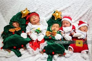 """สุดน่ารัก!! ทารกใส่เสื้อธีม """"ซานตาครอสน้อย"""" รับเทศกาลคริสต์มาส"""