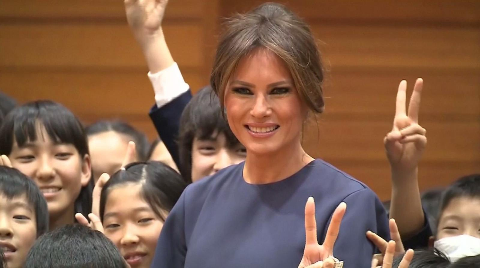 """""""เมลาเนีย ทรัมป์"""" เยี่ยมโรงเรียนในโตเกียว พร้อมเขียนอักษรญี่ปุ่นคำว่า """"สันติภาพ"""""""