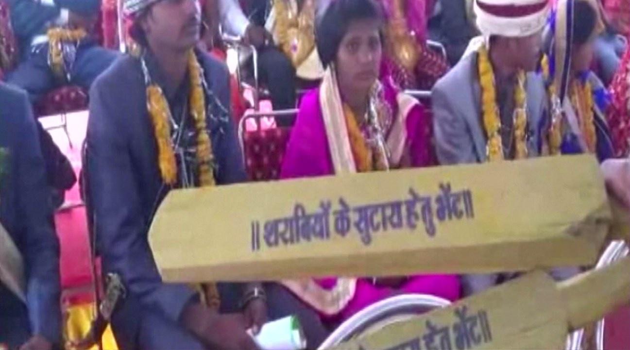 """อินเดียมอบ """"ไม้ตีสามี"""" ให้เจ้าสาว ดัดนิสัยขี้เหล้า"""