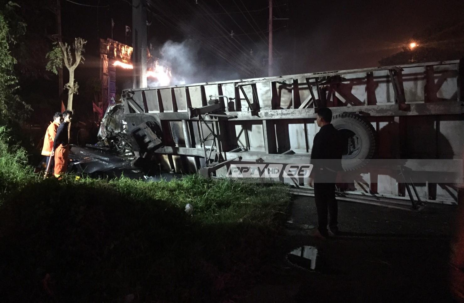 รถบรรทุก 18 ล้อพลิกคว่ำ เพลิงไหม้รุนแรง เสียชีวิตทันที 2 ราย