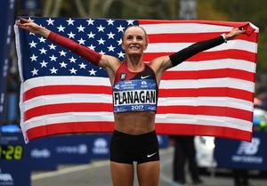 """นักวิ่งหญิงมะกันคว้าชัย """"นิวยอร์กมาราธอน"""" ครั้งแรกในรอบ 40 ปี"""