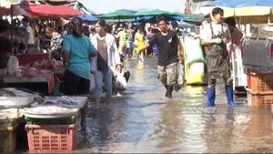 น้ำทะเลหนุนสูง ส่งผลน้ำเจ้าพระยาเอ่อท่วมตลาดเทศบาลปากน้ำ