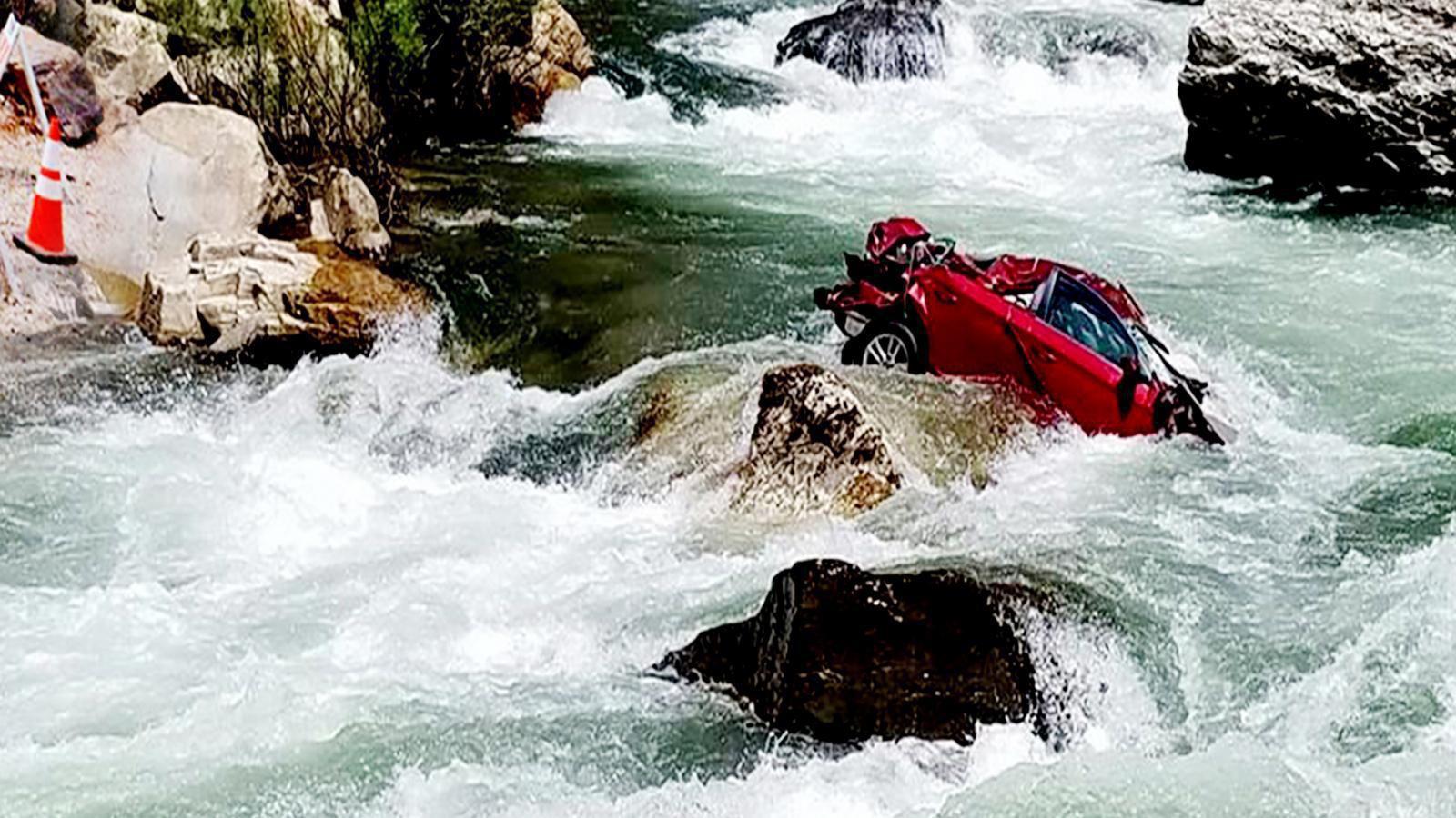 ระดับน้ำเพิ่มเลื่อนอีก 1 สัปดาห์กู้ซากรถ 2 นักศึกษาตกเหว