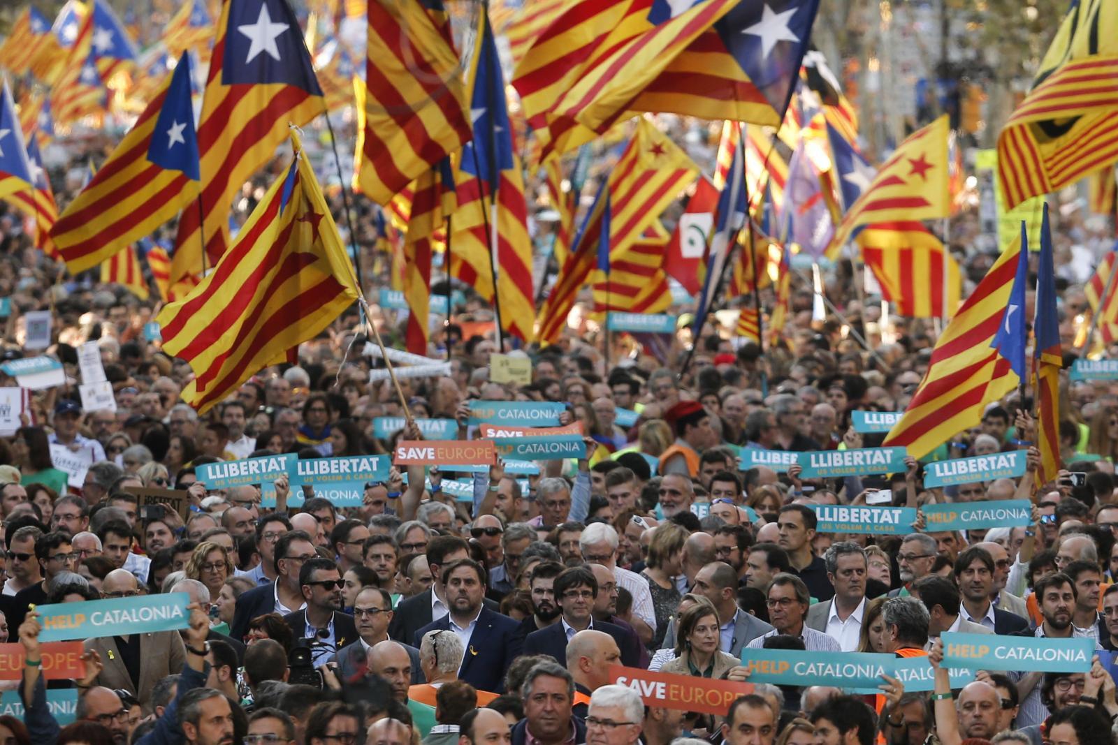 ชาวกรุงมาดริด ประท้วงรัฐบาลสเปนยึดอำนาจกาตาลุญญา
