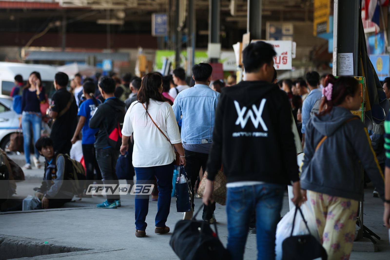 ประชาชนทยอยเดินทางเข้ากรุงเทพฯ รับวันทำงานวันแรกพรุ่งนี้