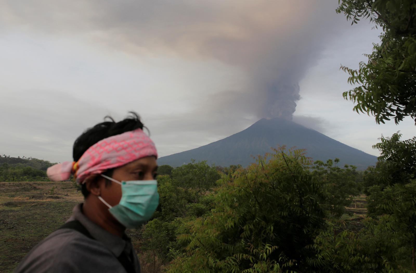 """""""อินโดนีเซีย"""" ปิดสนามบินบาหลีหลังภูเขาไฟอากุงปะทุรุนแรง"""