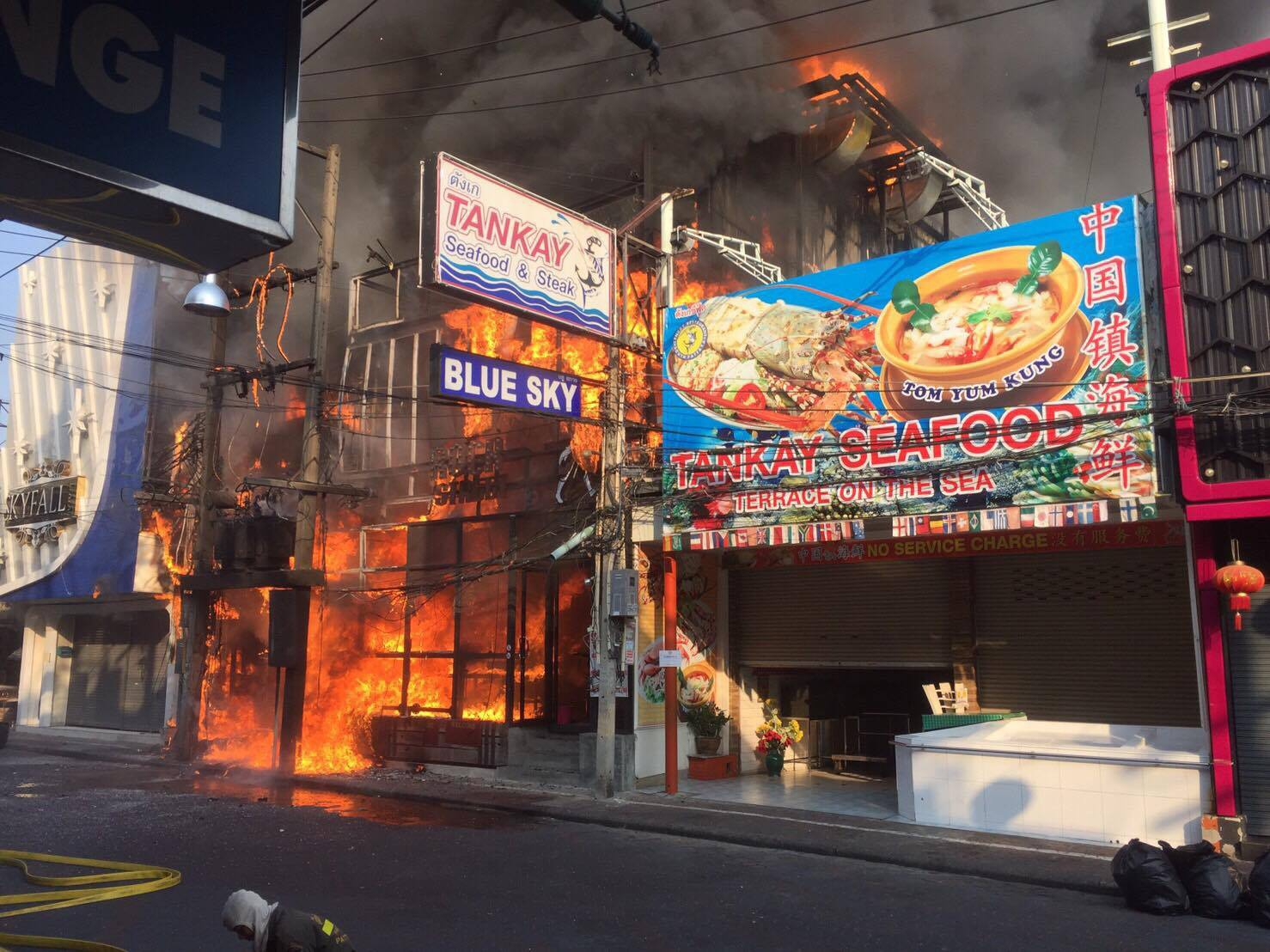 เกิดเหตุเพลิงไหม้ร้าน rock street เมืองพัทยา