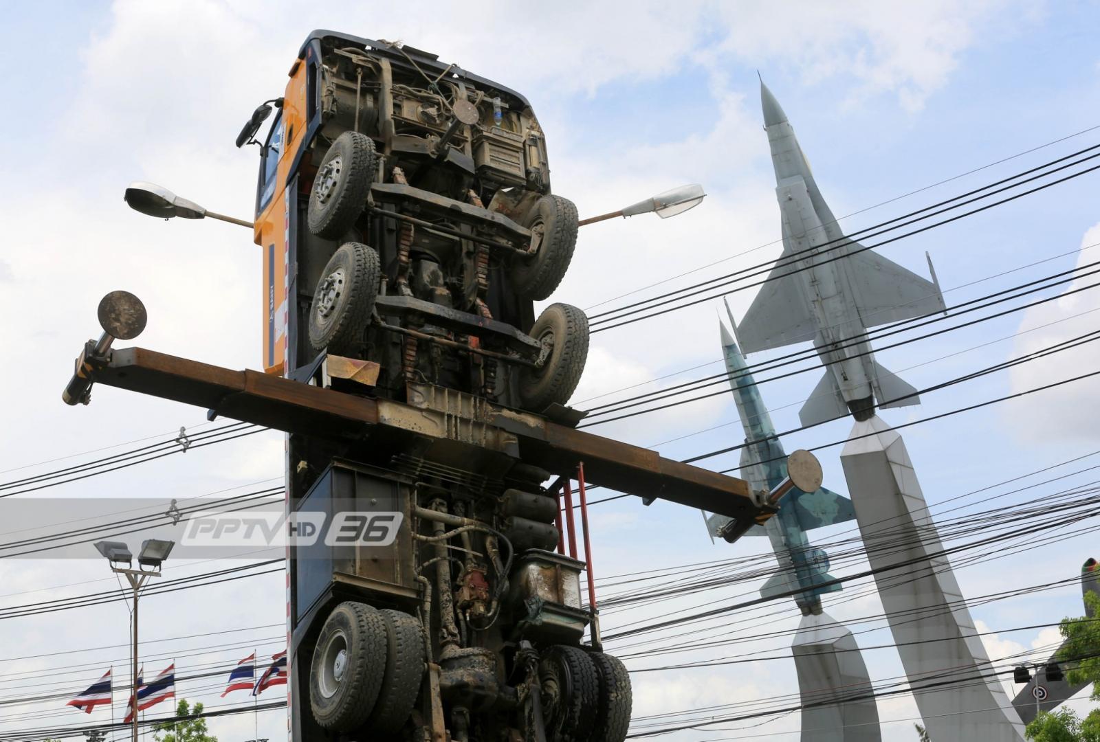 อะเมซิ่งไทยแลนด์! รถเครนชี้ฟ้าหงายหน้าสู้เครื่องบิน