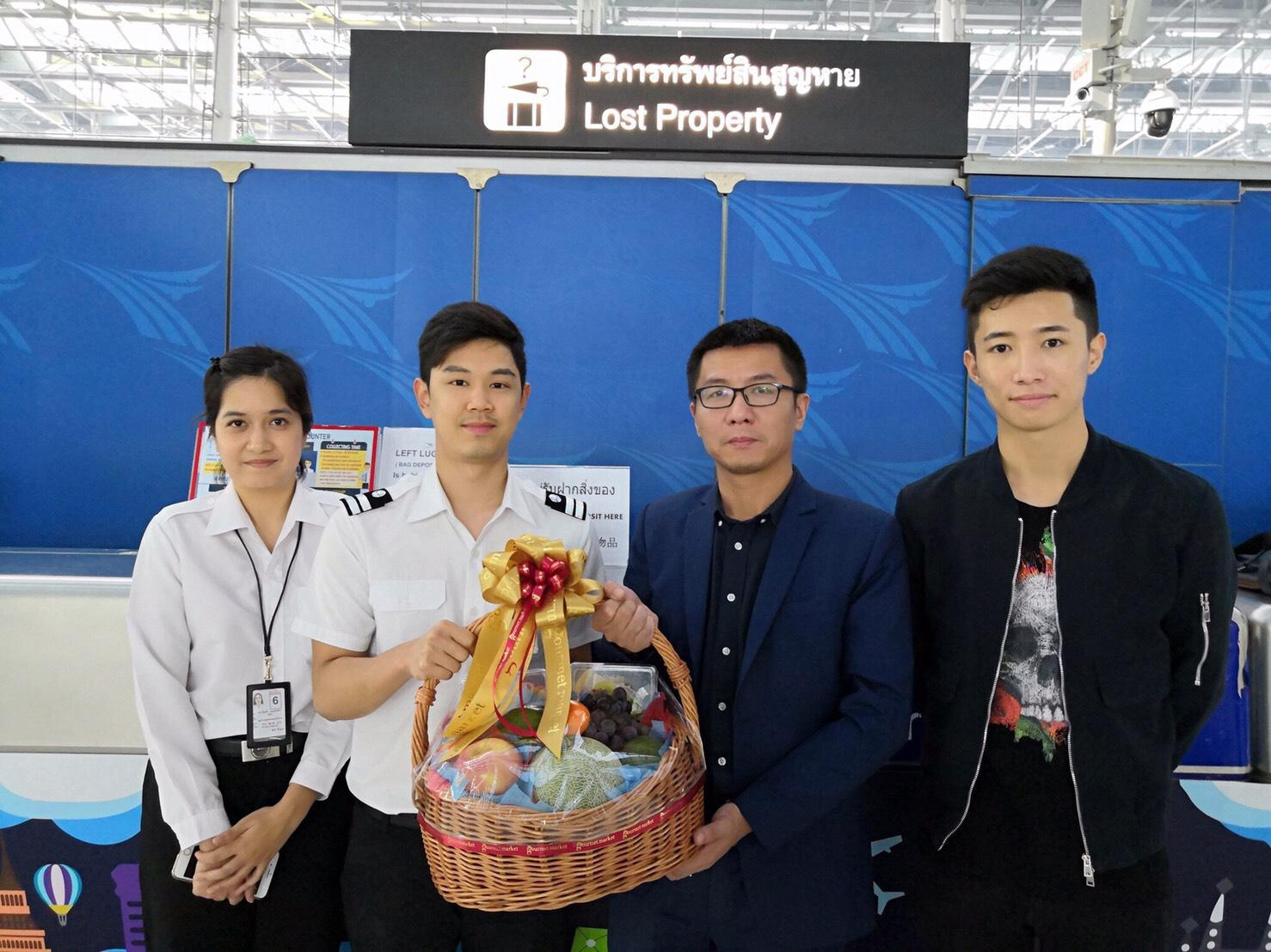 จนท.สนามบินสุวรรณภูมิช่วยหากระเป๋าสตางค์นักท่องเที่ยวจีนที่หล่นหายจนได้คืน