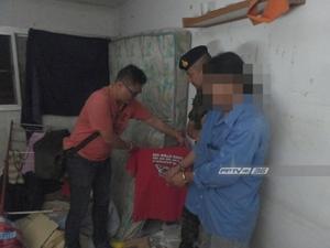 """ตร.รวบลูกน้อง """"โกตี๋"""" หลังพบระเบิดหลายชนิด-เสื้อสีแดง ซุกในห้องพักย่านเมืองทองธานี"""