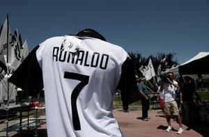"""แฟนบอล """"ยูเวนตุส"""" ตั้งตารอ """"โรนัลโด้"""" ย้ายร่วมทีม"""