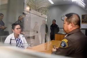 """ตำรวจนำตัว """"เจ๊บ้าบิ่น-ครูปรีชา"""" ถึงกองปราบฯ ทนายเตรียมยื่นหลักทรัพย์ประกันตัว"""