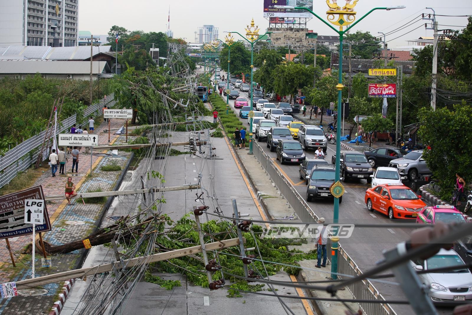 ฝนตกลมแรง! เสาไฟฟ้าล้ม 15 ต้น ขวางถนนหน้ากระทรวงพาณิชย์
