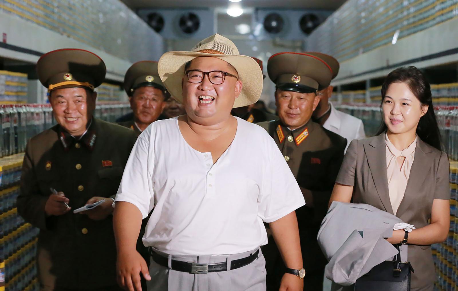 """""""คิม จอง-อึน"""" สวมชุดลำลองตรวจโรงงานปลากระป๋อง"""