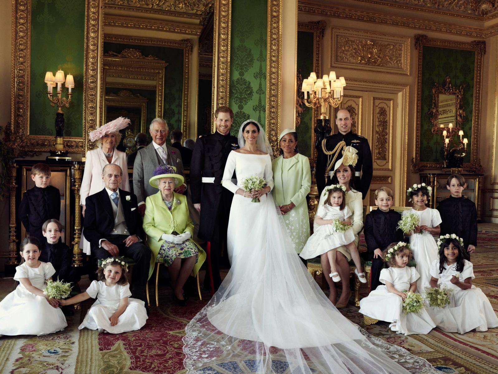 สำนักพระราชวังอังกฤษเผยแพร่ภาพถ่ายเป็นทางการจากวันเสกสมรส