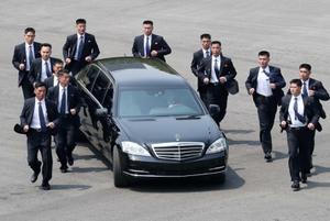 """มดตัวเดียวก็ห้ามผ่าน! บอดี้การ์ด 12 คน วิ่งคุ้มกันรถ """"คิม จอง-อึน""""ระหว่างกลับเกาหลีเหนือ"""