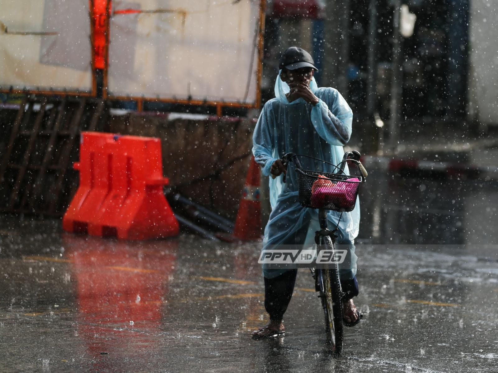 """กรมอุตุฯ เตือน """"ตะวันออก-กลางตอนล่าง-ใต้"""" ฝนตกต่อเนื่อง กทม.มีฝน 60%"""
