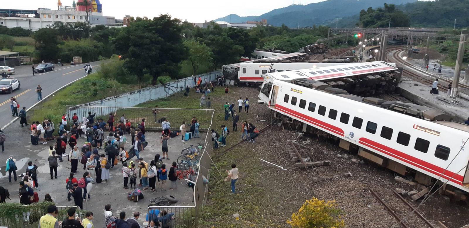 ไต้หวันรถไฟตกรางเสียชีวิตอย่างน้อย 17 คน บาดเจ็บกว่า 100 คน