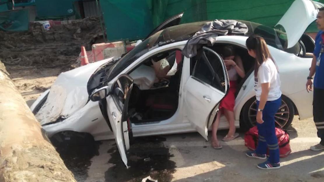 ท่อขุดเจาะดินสร้างถนนหลุดจากเครน ทับรถชาวบ้านเสียหาย 2 คัน